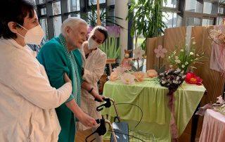Mit Hilfe von Kathinka Siebert von der Physiotherapie-Praxis Beck & Kollegen (rechts) und Pflegerin Alma Mihmic (links) unternimmt Heim-Bewohnerin Ingeborg Wachtel ihre ersten Schritte im Caritas Altenzentrum.